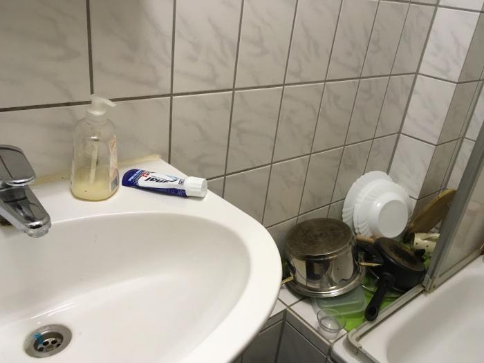Zwischen Dusche und Waschbecken lagern die zwei ihr Geschirr.