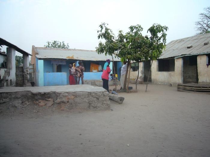 Der Compound von Bubas Familie. Hier lebt eine afrikanische Großfamilie, umfriedet ist der Hof mit einer Mauer.