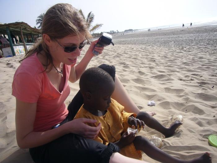 Als wir zur Diagnostik nach Banjul reisten, sah Buba zum ersten Mal den Strand. Und ich hatte plötzlich ein vierjähriges Kind.