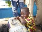 Buba auf der Fähre: zum ersten Mal verlässt er sein Dorf, um nach Deutschland zu fliegen.